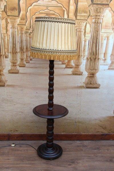 Stehlampe - Lesetisch - Tisch
